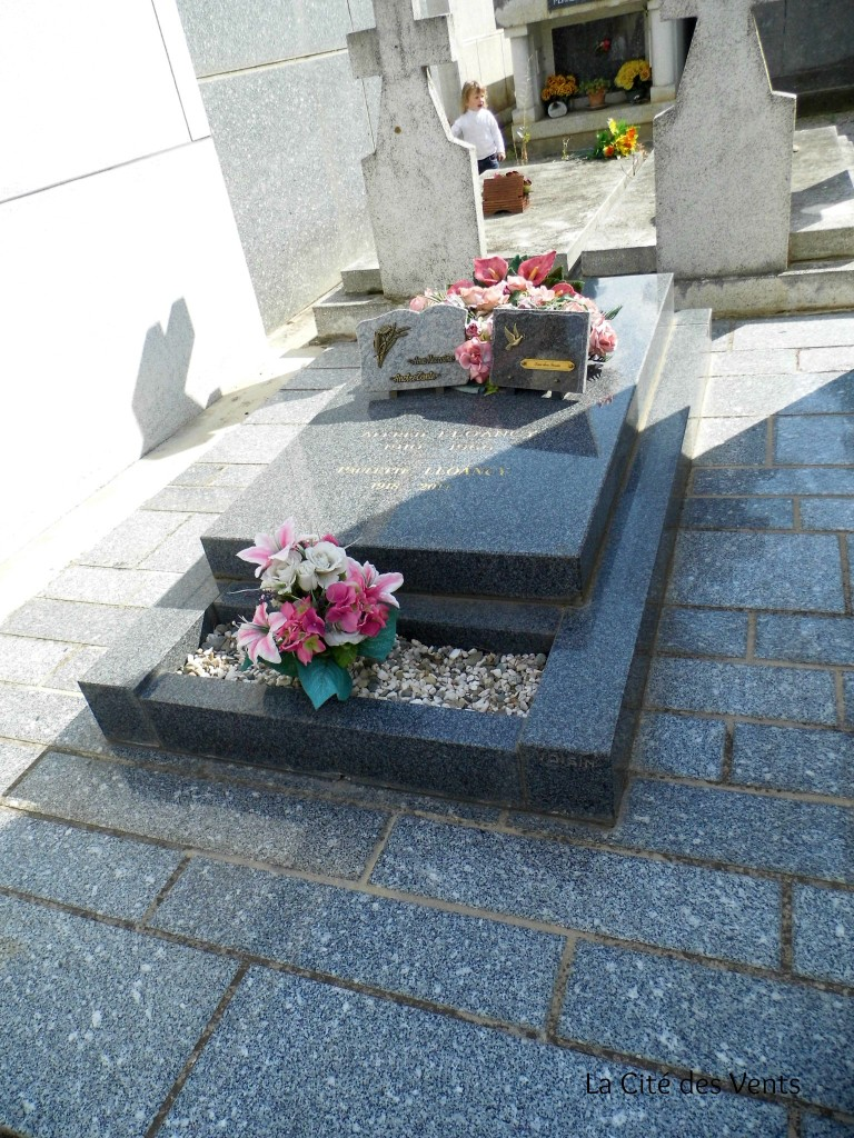 My grand-parents' grave. My daughter did the same thing as I did in my youth: she hide behind the vaults. For a long time, only the left place was occupied by my grand-father's grave. When my grand-mother had enough savings, she joined the two places. Now she rests on the right side. And my mother has already claimed the small space used for the flowers to put her ashes urne there... I have noted that the names and years of birth and deathare written on the top of the graves, while in other regions of France it's on the side (for my paternal grand-father or my husband's family...)