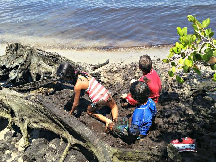 kids by the lake-Tortuguita